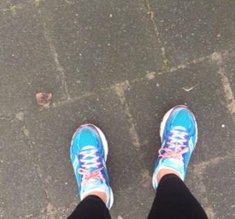 paar voeten in hardloopschoenen