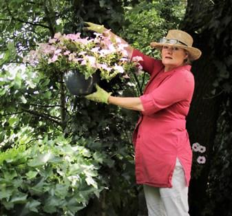 Saskia van Barneveld aan het tuinieren