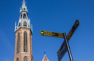 Toren van Jozefkathedraal Groningen met wegwijzer op voorgrond