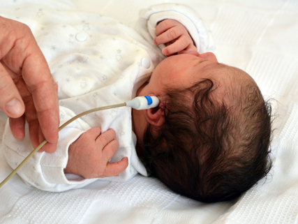 baby die gehoorscreening ondergaat